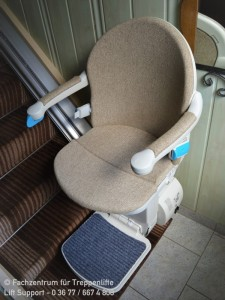 gerader Sitzlift von Handicare mit individuellen Stoffpolster in Suhl
